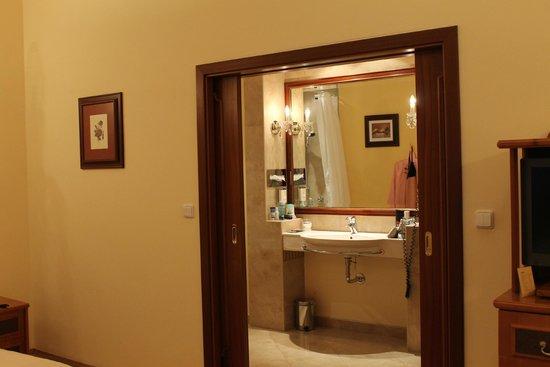 Louren Hotel: Романтичный вход :)