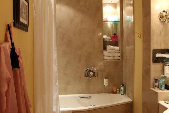 Louren Hotel: Ванная