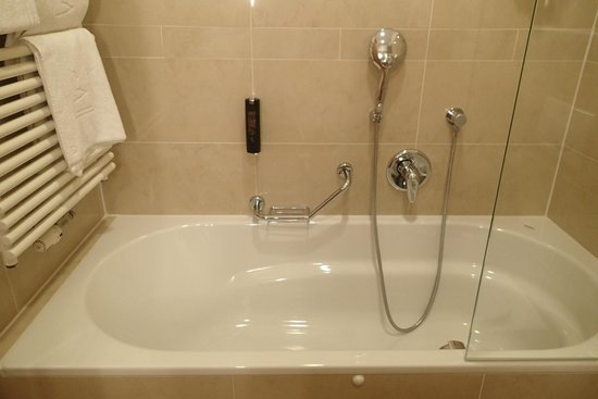 Hotel Am Stephansplatz: Bathroom - Bathtub