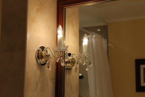 Louren Hotel: Красивые бра в ванной комнате