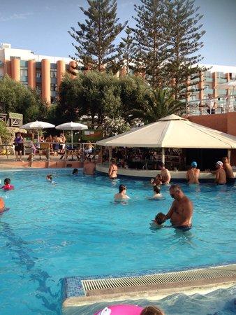Dolmen Resort Hotel: Vue d'une des piscine avec bar dans l'eau
