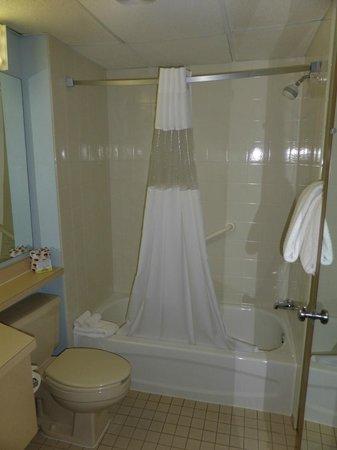 Days Inn Coeur d'Alene: shining clean bathroom