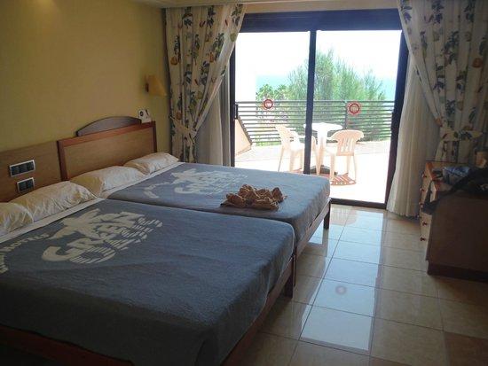 SBH Crystal Beach Hotel & Suites: Zimmer mit 2 französischen Betten
