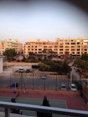 Dolmen Resort Hotel: Vue de notre balcon ( vue cote ville et terrain de tennis )