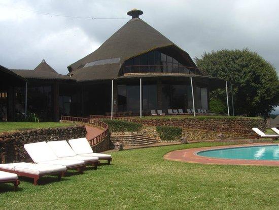Ngorongoro Sopa Lodge: Vsita del hotel desde la Piscina