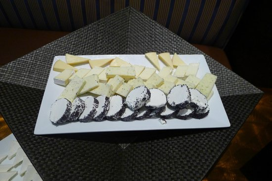 Chez Colette: Meager choice of cheeses