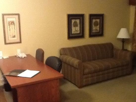 GrandStay Residential Suites Hotel Faribault: sitting and work area