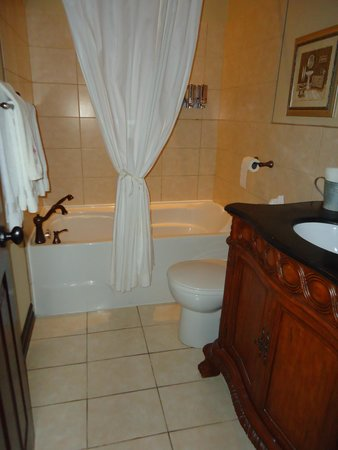 Puddicombe House : clean bathroom, soft fluffy towels