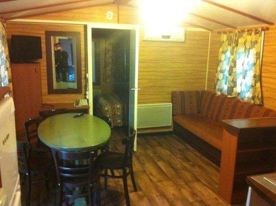 Disney's Davy Crockett Ranch: Sofá y mesa del comedor