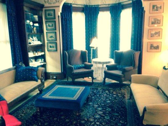 Victoria's Historic Inn: Sitting Room