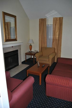 Hawthorn Suites by Wyndham Grand Rapids, MI: Livingroom area with fireplace