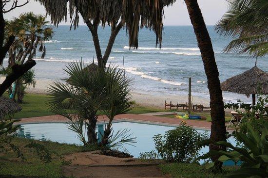 Protea Hotel by Marriott Dar es Salaam Amani Beach: Plage et piscine