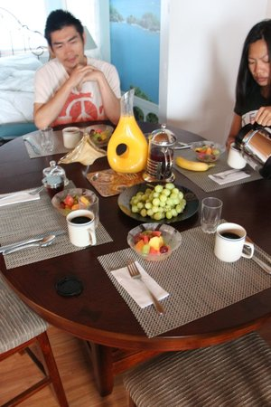 Armand Heights Bed and Breakfast: cedar room has table in it. Breakfast served in your room