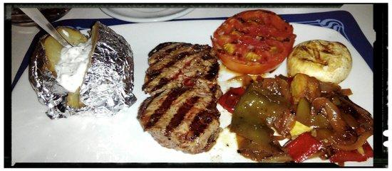 Cafe de la Mar: Entrecot con patata asada con alioli y guarnición de verduras salteadas, buenisimo!