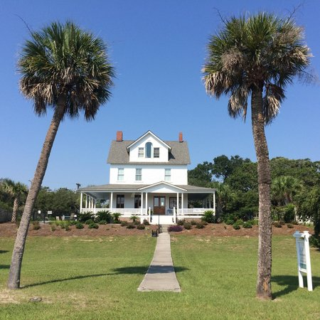 Surf Song Bed & Breakfast: Front of the house -- on the highest point of Tybee