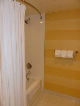 The Pinnacle Hotel Harbourfront: Spacious bathroom