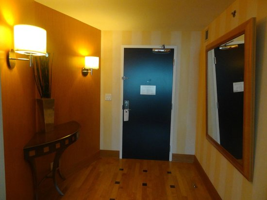 Borgata Hotel Casino & Spa: Foyer inside of room features large mirror.