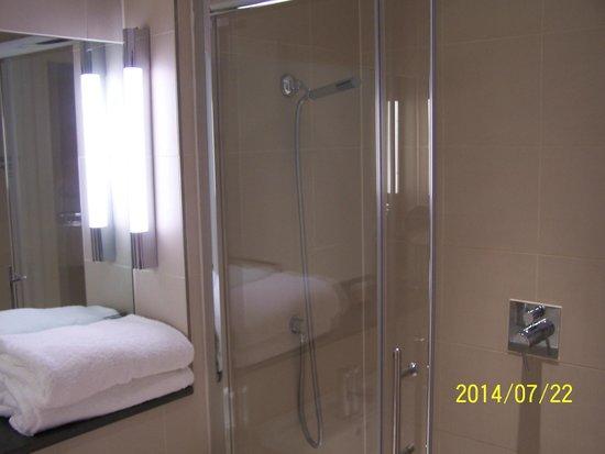 The Nadler Liverpool : Nice Sized Bathroom