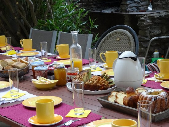 Table petit d jeuner photo de la belle minervoise saint frichoux tripadvisor - Table petit dejeuner lit ...