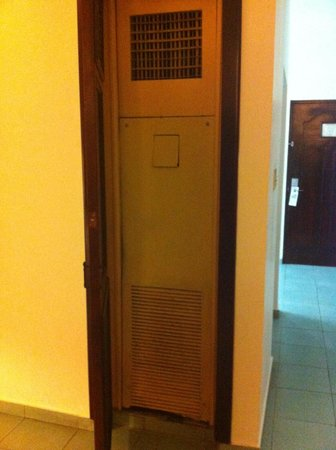 Be Live Experience Hamaca Suites : Very old AC unit which never worked and the staff never bother to send in a technician to repair