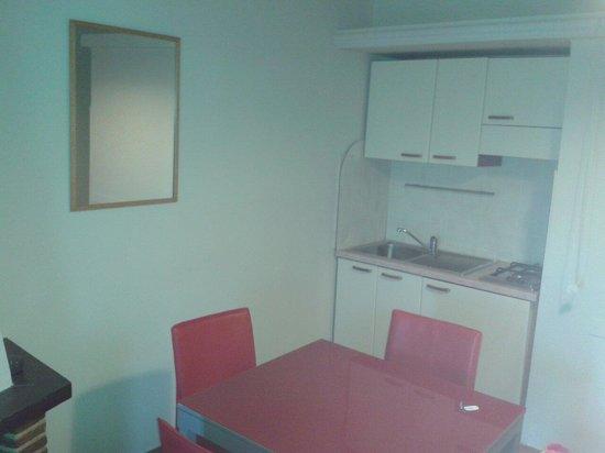Hotel Residence Il Casale: Soggiornino con cucina