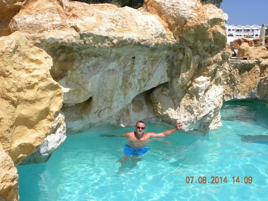 Medina Solaria & Thalasso: Basen z cudnymi skałkami