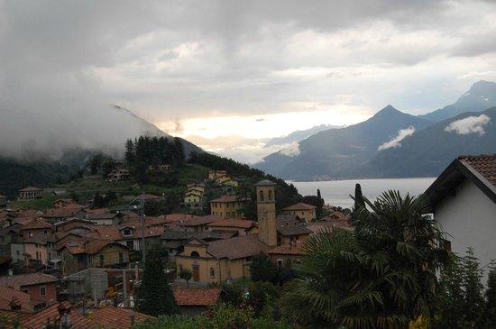 Balcone Fiorito Bed & Breakfast: Sunrise over Lake Como
