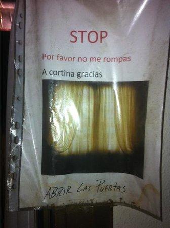 H.TOP Calella Palace & SPA: cartel para tener cuidado con las cortinas