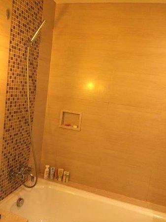 Bali Rani Hotel: the bathroom