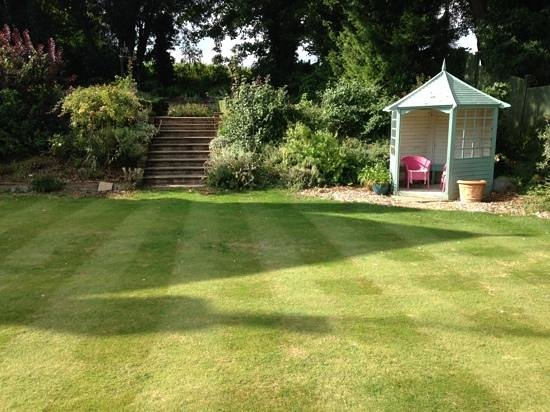 Burpham Country House: garden area