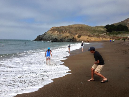 Rodeo Beach: Kids playing on the beach