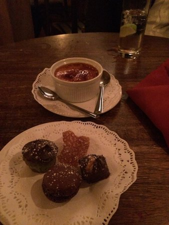 Kendells Bistro: Creme brûlée and complimentary chocolates