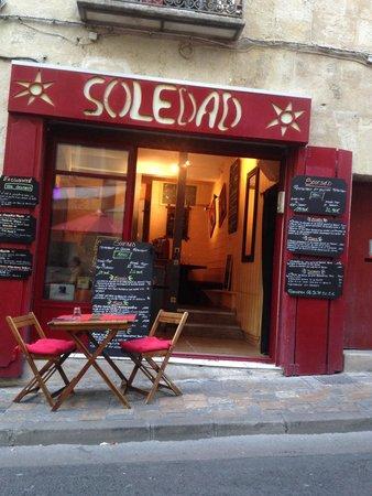 Soledad : Vue depuis les tables a l'extérieur sur une petite place très mignonne.