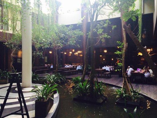 Swiss-Belhotel Rainforest: Lobby und Restaurant im Hintergrund