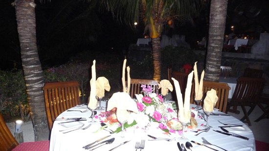 Canonnier Beachcomber Golf Resort & Spa: un repas entre amls sur la terrasse du  navigator