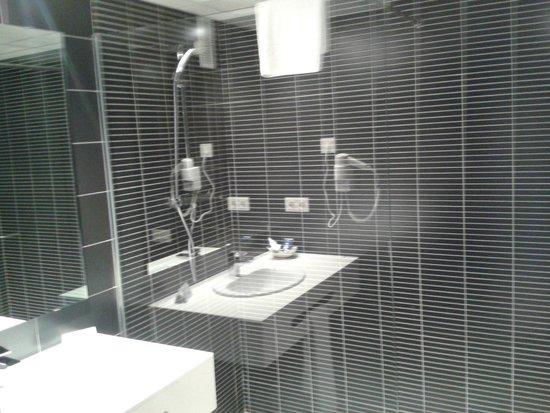 Brea's Hotel : douche avec l'evier en refletds celle-ci