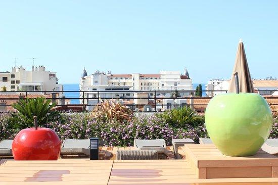 BEST WESTERN Le Patio des Artistes: Blick auf der Dachterrasse zum Hotel Carlton
