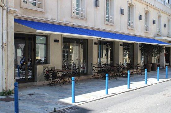 Best Western Plus Le Patio Des Artistes: Frühstücksbereich im Freien vor dem Hotel