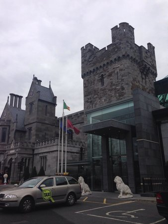Clontarf Castle Hotel: Outside main entrance