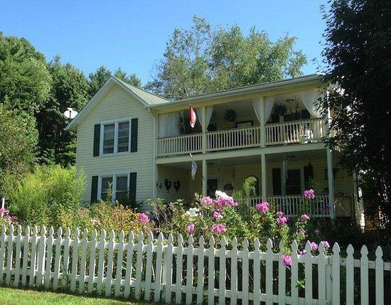 Meadowsweet Gardens Inn: Cottage front