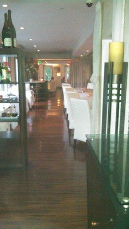Djon's Steak & Lobster House : large main seating area