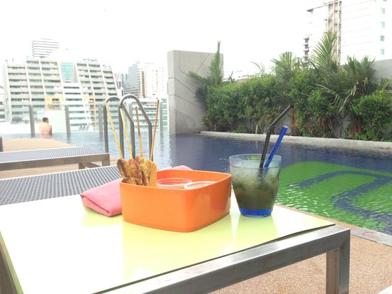 Aloft Bangkok - Sukhumvit 11: Snacks and great mojito by the pool