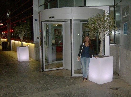Silken Atlantida Santa Cruz: Hotel visto da fuori di sera