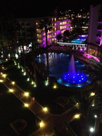 Ideal Prime Beach : На ночь в бассейне включали фонтан