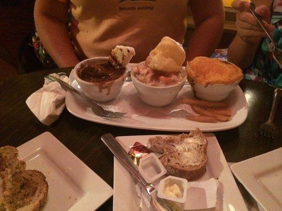 May Kelly's Cottage Restaurant and Pub: Sampler of beef stew, chicken pie & shepherds pie.