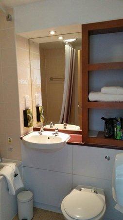 Premier Inn Bristol City Centre (Haymarket) Hotel: Nice bathroom