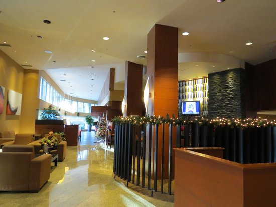 Radisson Hotel Vancouver Airport : leading to the casual lounge and to Fresh Restaurant