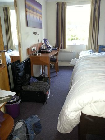 Premier Inn York North Hotel: Room for 1 case