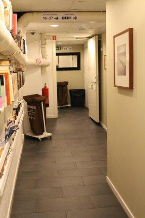 Skanstulls Hostel: hallway from reception