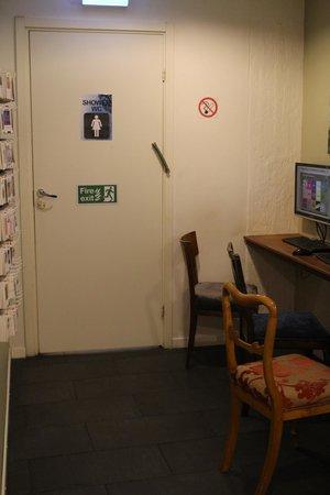 Skanstulls Hostel: internet lounge to women bathroom